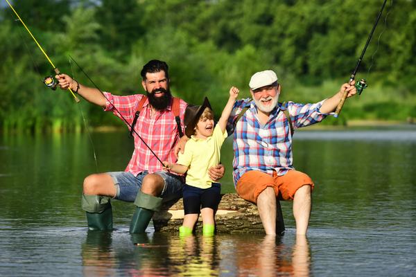 Härligt att kunna fiska med vännerna vid sitt fritidshus.